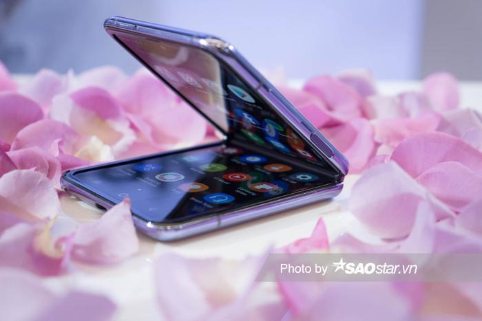 Người dùng có thể bật mở Galaxy Z Flip ở nhiều góc khác nhau. Hệ thống bản lề ẩn cũng tích hợp công nghệ quét bụi mới của Samsung nhằm hạn chế bụi bẩn.