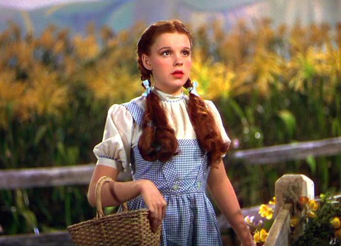"""Judy trong tạo hình Dorothy Gale của bộ phim """"Phù thuỷ xứ Oz""""."""