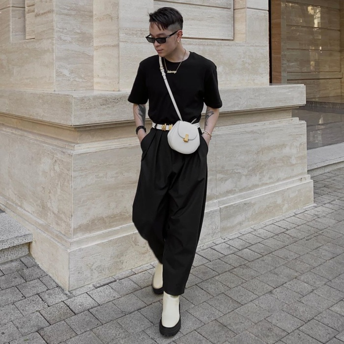 Kelbin Lei tiếp tục khẳng định phong cách khác biệt, không pha trộn của mình. Outfit tông đen tưởng nhàm chán nhưng đã được nâng tầm với loạt túi đeo chéo màu sắc tương phản.