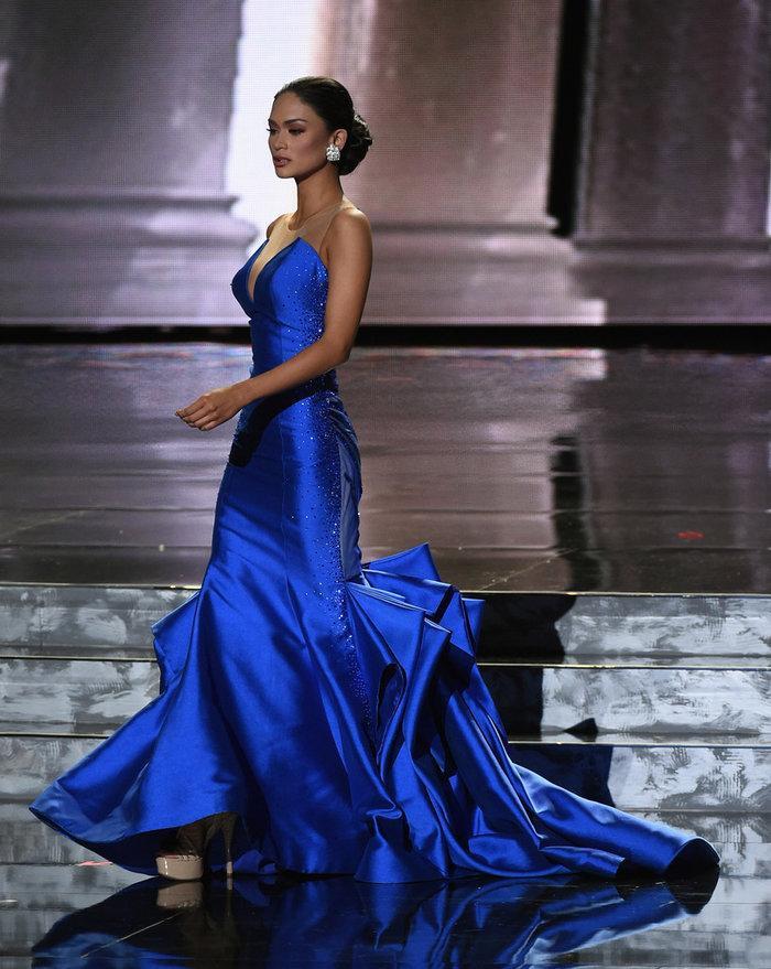 Bước vào đêm chung kết, trong phần trình diễn trang phục dạ hộiPia Wurtzbach gây bất ngờ khi chọn một thiết kế đuôi cá khá đẹp mắt. Đặc biệt, sắc xanh dương đã giúp cô nổi bật nhất so với 9 thí sinh còn lại trong top 10. Và màu sắc của bộ dạ hội này cũng không phải ngẫu hứng.