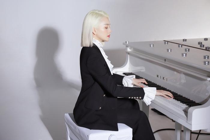 Nữ ca sĩ trông vô cùng cá tính với mái tóc bạch kim.