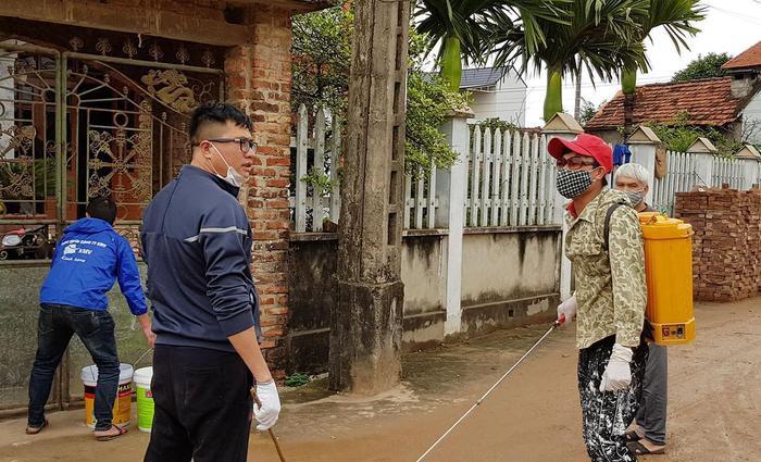 Người dân xã Sơn Lôi phun thuốc khử trùng dập dịch COVID-19. Ảnh Thoidaiplus