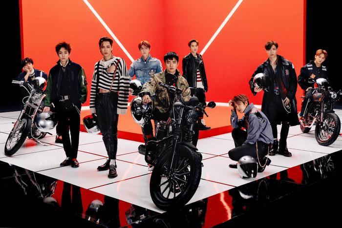 Nhóm EXO với 9 thành viên.