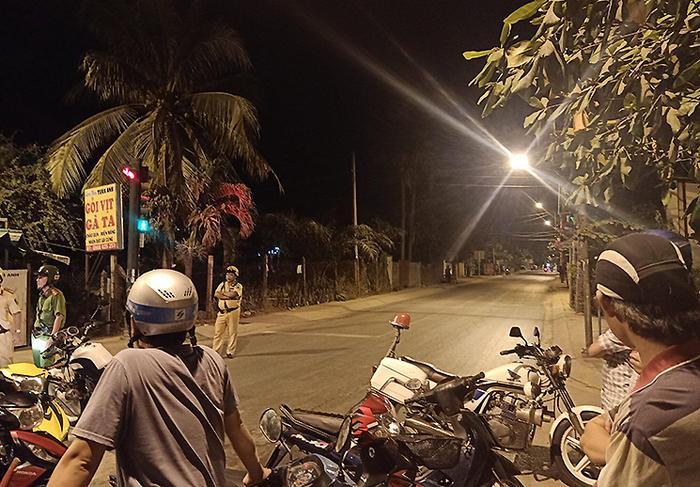 """Lực lượng chức năng phong tỏa hiện trường vây bắt Tuấn """"khỉ"""" khuya ngày 13/2. Ảnh: Huế Xuân/VnExpress"""