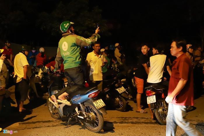 """Người dân tập trung đông đúc tại hiện trường vây bắt Tuấn """"khỉ"""". Ảnh: Zing.vn"""
