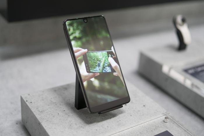 """Smartphone Essential với thiết kế """"giọt nước"""" đi đầu. (Ảnh: Bloomberg)"""