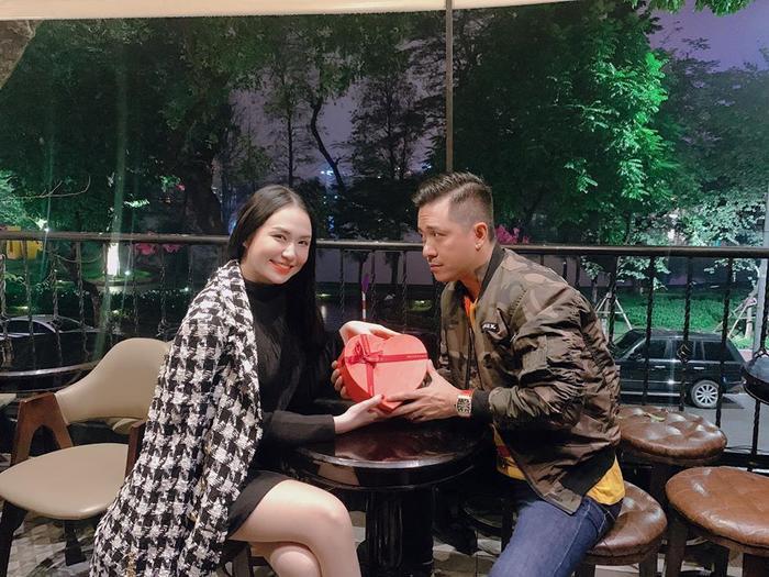 Hương Baby – bà xã Tuấn Hưng khoe khoảnh khắc cực ngọt bên chồng trong ngày Valentine