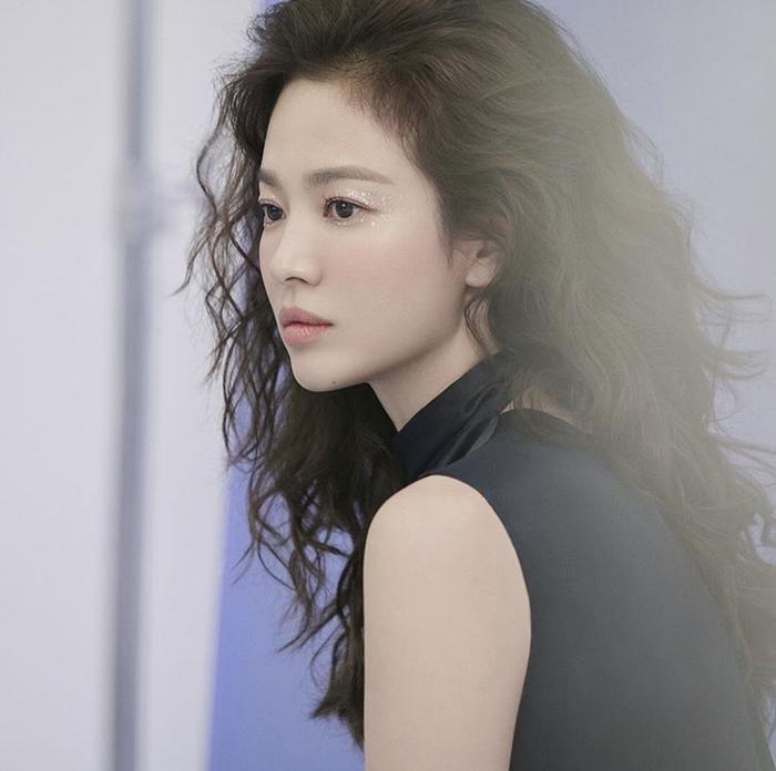 Song Hye Kyo để tóc sợi mì, khoe vẻ đẹp tựa nữ thần ngày Valentine ảnh 14