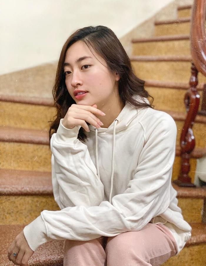 Với kiểu tóc ngắn uốn xoăn này, Lương Thùy Linh không những không bị trông già đi mà lại còn vô cùng trẻ trung
