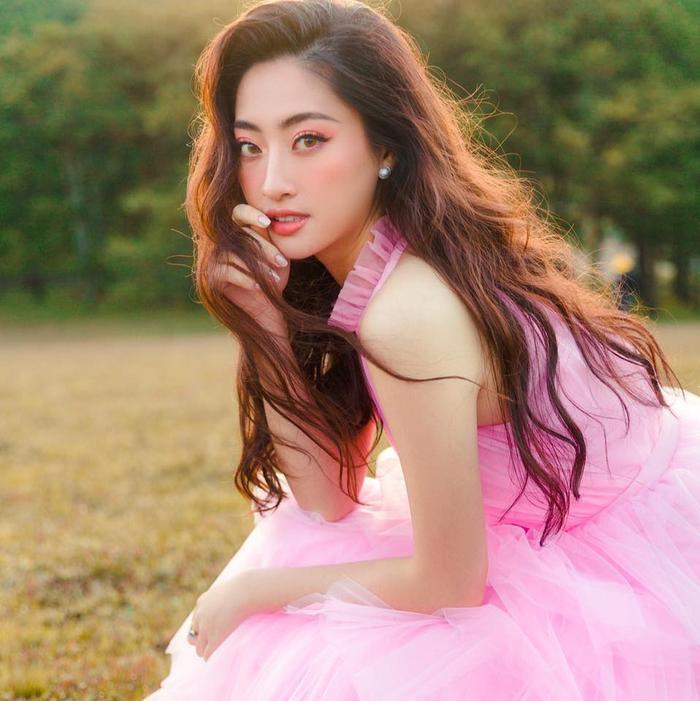 Khi tham gia các sự kiện hay chụp họa báo, Lương Thùy Linh vẫn hay uốn xoăn nhẹ cho mái tóc của mình để tạo thêm cảm giác kiêu kỳ và sang chảnh cho mình