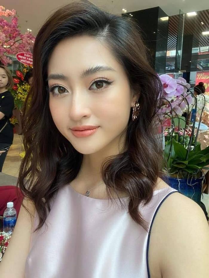 Hoa hậu Lương Thùy Linh với mái tóc mới được cắt ngắn và uốn xoăn của mình