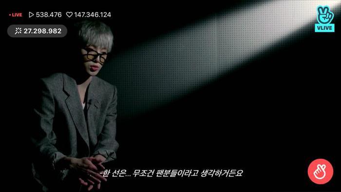 """Seungyoon giải thích rằng: """"Biểu tượng của CROSS có 4 gạch ngang đại diện cho 4 cá tính âm nhạc khác nhau của 4 thành viên WINNER"""","""
