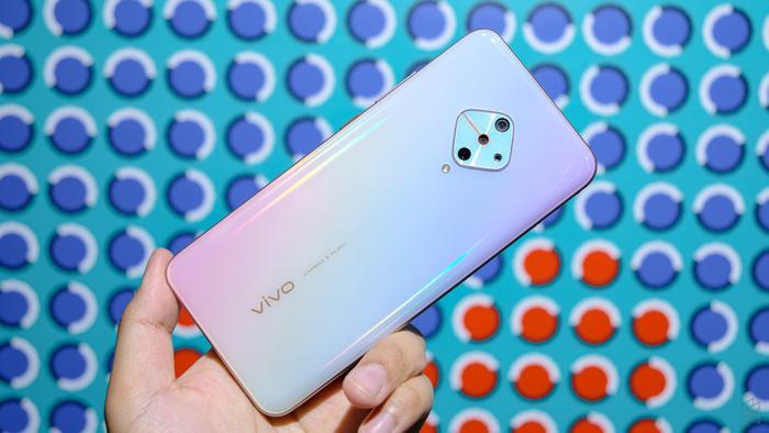 4 smartphone có màu sắc độc lạ, tặng Valentine đảm bảo nửa kia sẽ thích ảnh 3
