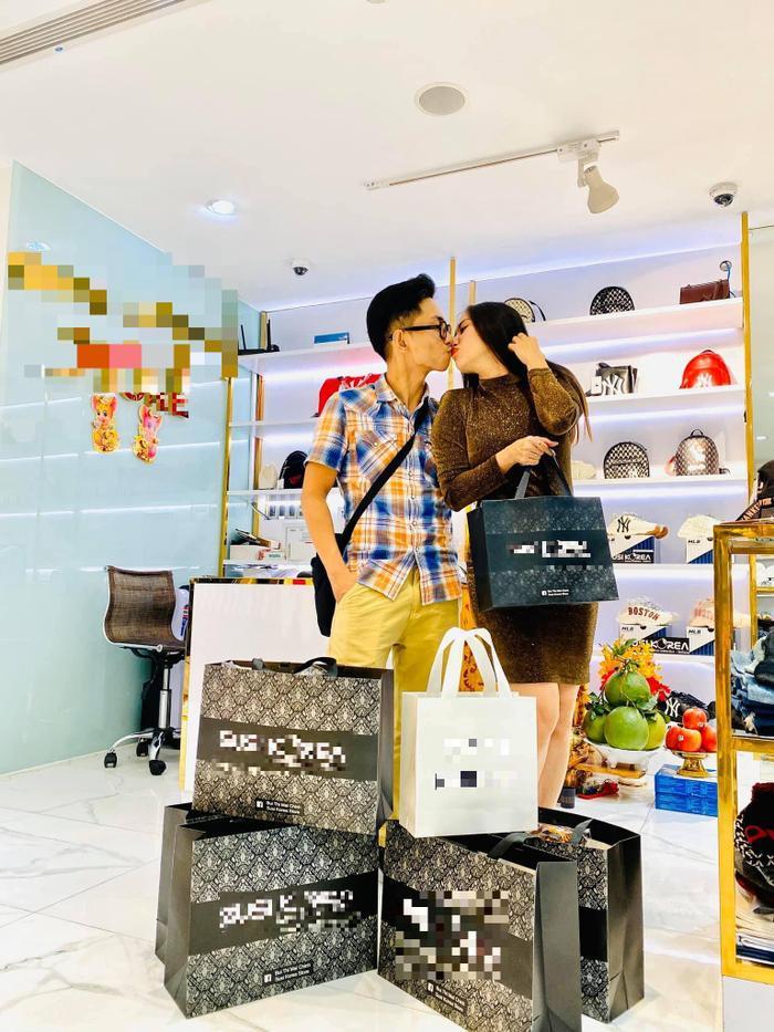 Cặp đôi sau đó ra về với rất nhiều món đồ và hóa đơn dài dằng dặc.