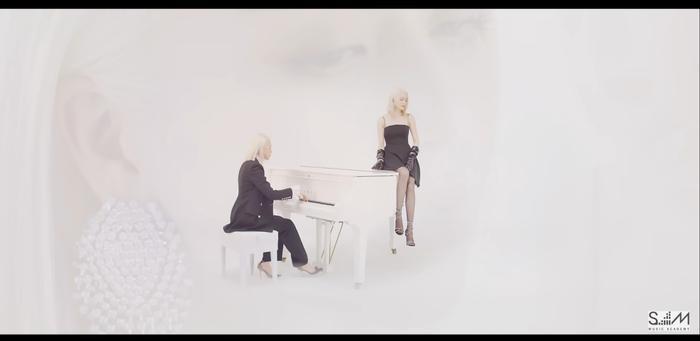Nữ ca sĩ phân thân thành 2 người trong một phân cảnh.