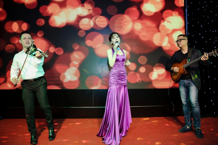 Lệ Quyên trình diễn trên nền nhạc acoustic ngày Valentine.
