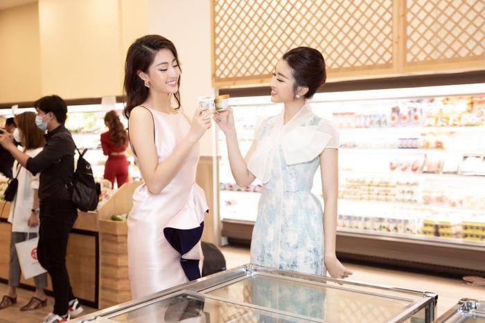 Sau khi cắt tóc ngắn, Lương Thuỳ Linh đứng cạnh Đỗ Mỹ Linh trông như một cặp song sinh ảnh 7