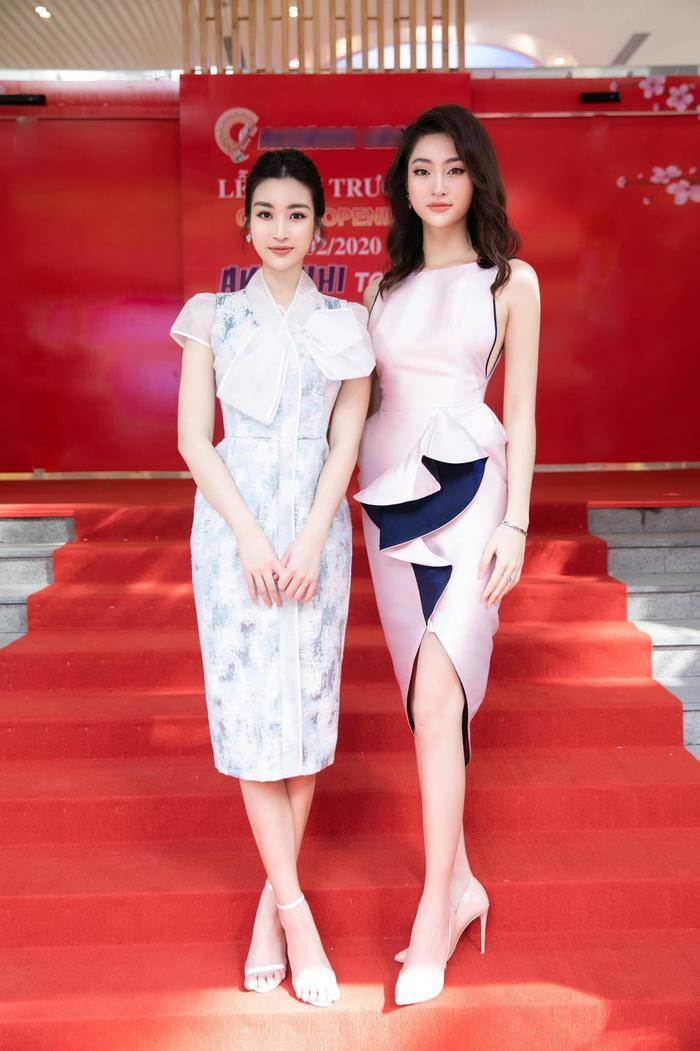 Trước đó, Lương Thùy Linh xuất hiện lộng lẫy bên cạnh đàn chị Đỗ Mỹ Linh. Cả 2 khoe nhan sắc rực rỡ. Sau tết, Miss World Vietnam 2019 đã cắt đi 1 phần mái tóc dài và uốn xoăn.