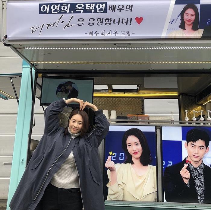 Lee Yeon Hee tạo dáng trái tim để bày tỏ sự cảm ơn của mình đến tiền bối.