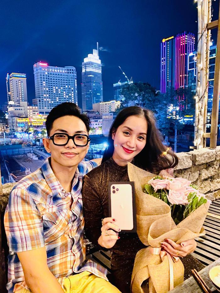 Không chỉ tặng Khánh Thi iphone11, Phan Hiển còn chi hàng trăm triệu đồng để đưa bà xã đi mua sắm hàng hiệu