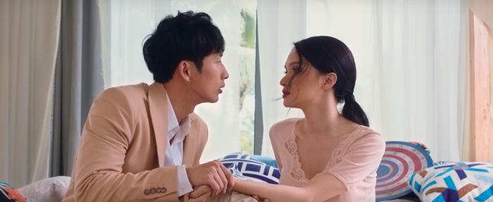 Cảnh hôn lãng mạn của Tuấn Trần – Hương Giang trong phim.
