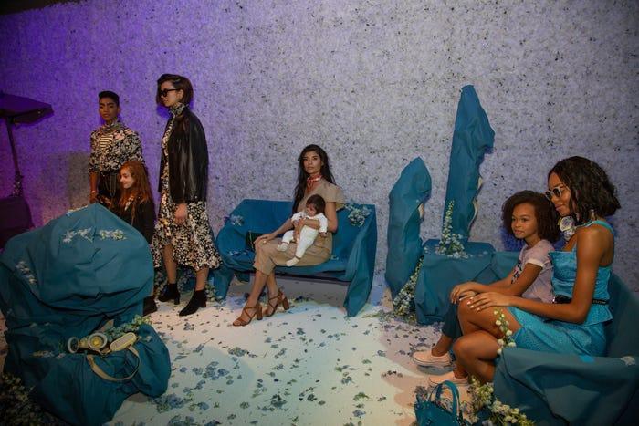 Các em bé và một số thanh thiếu niên xuất hiện trên sân khấu với các người mẫu cho bộ sưu tập tại Tuần lễ thời trang New York của Rebecca Minkoff. Khung cảnh được hoàn thiện với một xe đẩy, ghế đá công viên và một buổi dã ngoại. Nhà thiết kế muốn vẽ nên một câu chuyện đầy màu sắc trên hành trình của phái nữ.