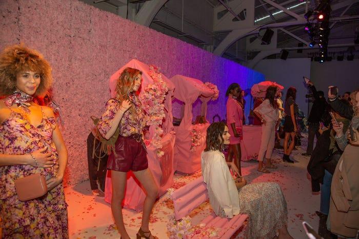 Chủ đề của bộ sưu tập quần áo với các thiết kế lấy cảm hứng từ thập niên 70 là 'Tái sinh'.