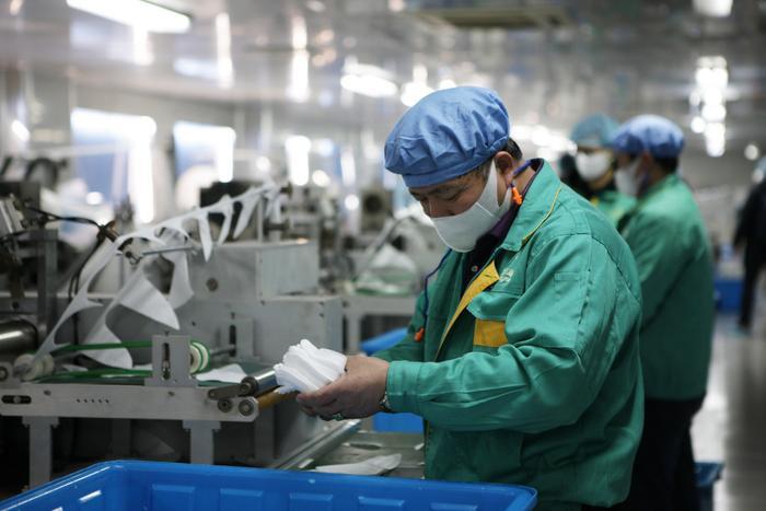 Kể từ bệnh dịch do virus corona gây ra bùng phát mạnh, khoảng 700 công ty công nghệ, ô tô Trung Quốc đã được giao phó nhiệm vụ sản xuất khẩu trang. (Ảnh: Xinhua)