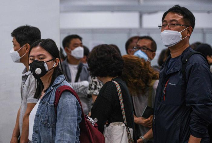 Từ một mặt hàng ít được chú ý, khẩu trang giờ đây đã trở thành một thứ cực kỳ khan hiếm mà ít ai có thể mua được tại Trung Quốc. (Ảnh: Mohd RASFAN / AFP)