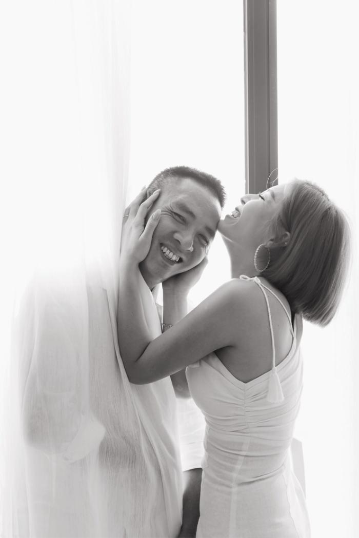 Nữ MC đăng tải hình ảnh hạnh phúc của hai vợ chồng cùng bài viết.