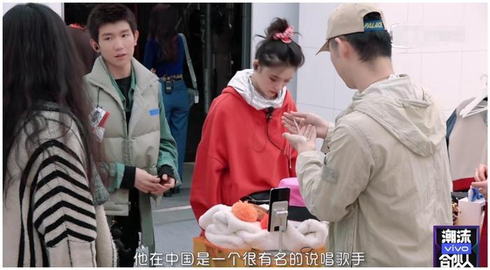 Vương Nguyên rất tận tình giới thiệu, giải thích mặt hàng bằng tiếng anh kưu loát với khách hàng