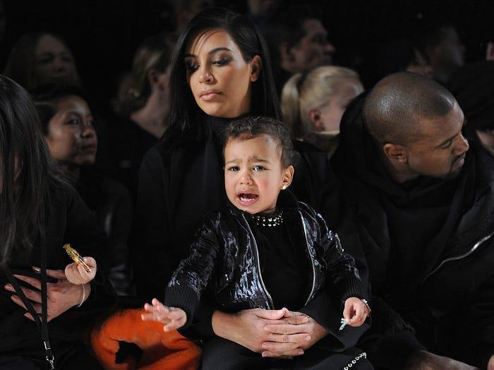Những đứa trẻ không chịu ngồi yên cho đến hết show diễn. Khi ngồi hàng ghế đầu cùng Kim tại chương trình Alexander Wang, North West khóc lóc mè nheo gây ảnh hưởng đến mọi người.