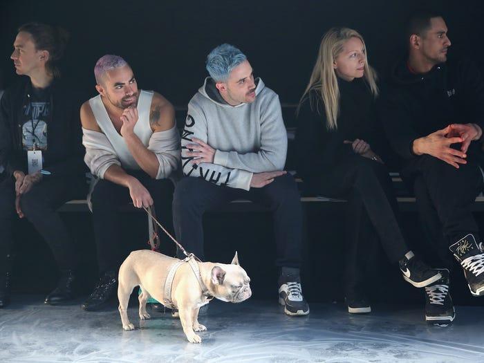 Một số khán giả 'vui tính' còn mang thú cưng đến xem catwalk.