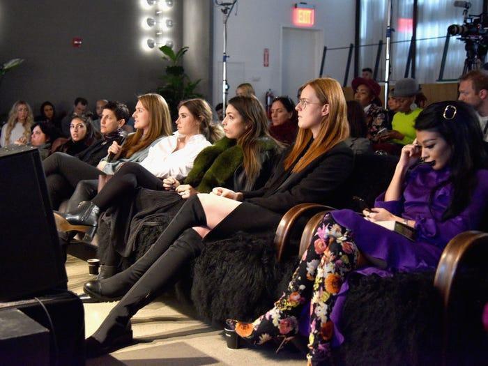 Thậm chí khi đã ngồi vào ghế, khách mời phải chờ đợi rất lâu show diễn mới bắt đầu.