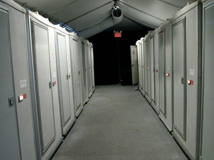 Với các chương trình được tổ chức ở địa điểm lạ lùng như ga tàu điện, công viên, cả ekip sẽ phải sử dụng nhà vệ sinh lưu động.