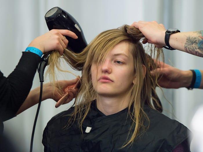 Người mẫu tại Tuần lễ thời trang New York phải thức dậy từ sáng sớm, ngồi yên trên ghế để các nhà tạo mẫu kéo tóc tứ phía.