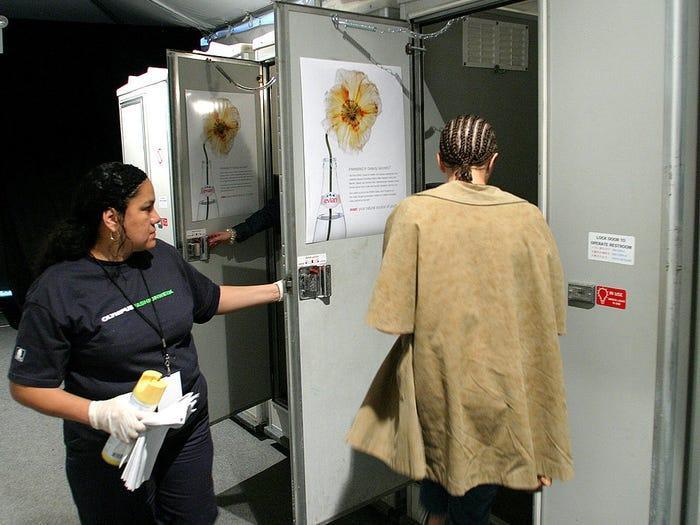 Cả những khách mời đặc đồ couture cũng phải vào chiếc toilet chật hẹp đó.