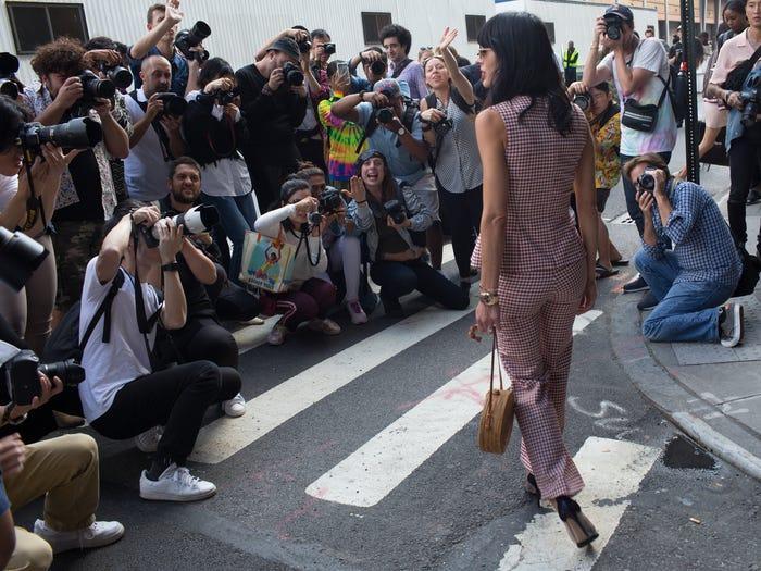 Tuần lễ thời trang biến đường phố New York thành một đường băng đông đúc, vì vậy người dân New York có thể mải ngắm nhìn nên quên đi làm đúng giờ.