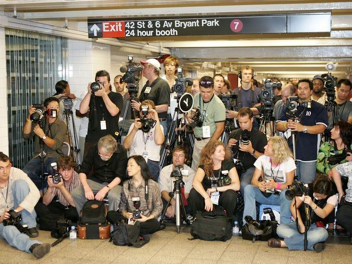Chương trình Yeohlee được tổ chức tại một trạm dừng tàu điện ngầm, khiến cho người dân địa phương không thể đi lại.