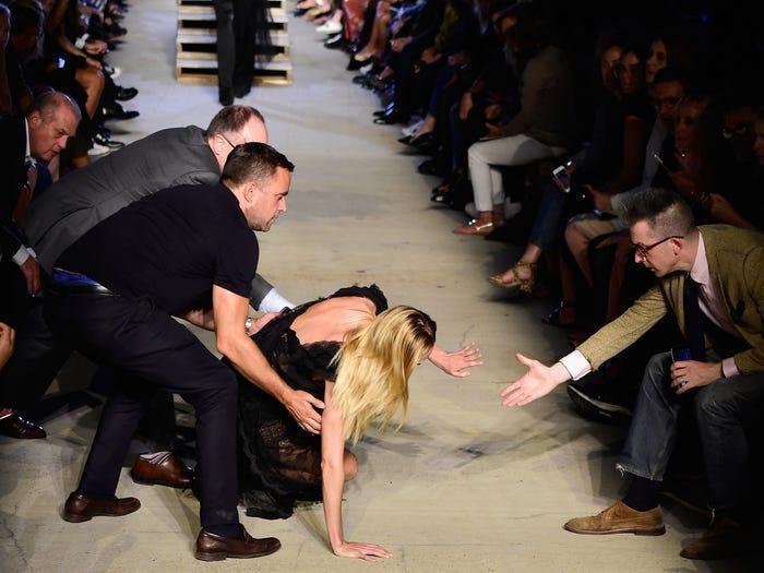 Show diễn mùa xuân 2016 của Givenchy thực sự làm người mẫu lần khán giả phát hoảng vì những bậc cầu thang trên lối đi.