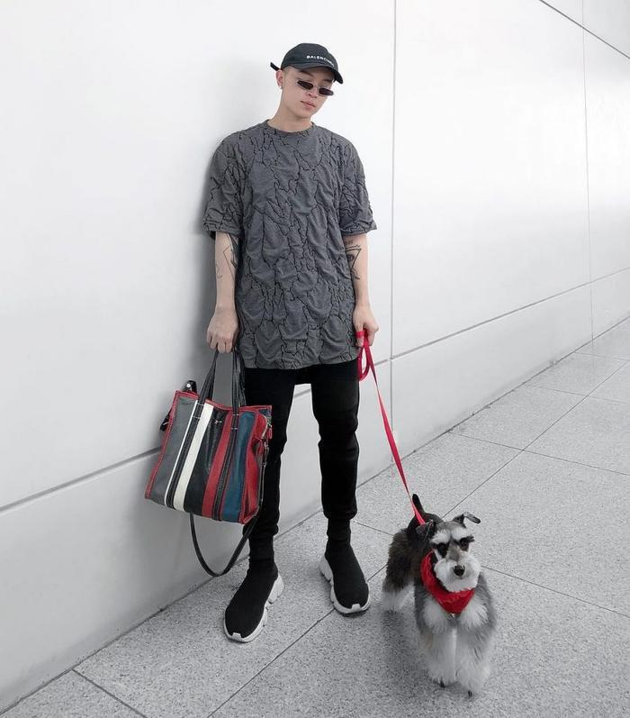 Không chỉ sở hữu gu ăn mặc hời thượng cho bản thân, chú cún cưng của Kelbin Lei cũng được diện đồ cực kỳ sành điệu.