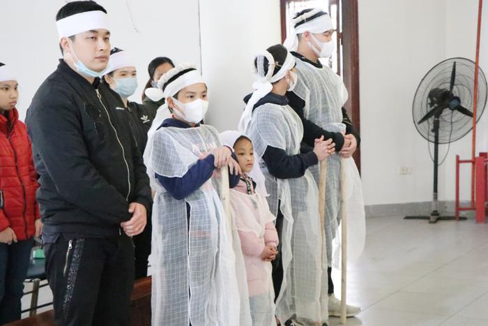 Bé Tí Hon cùng các anh chị trong tang lễ mẹ.