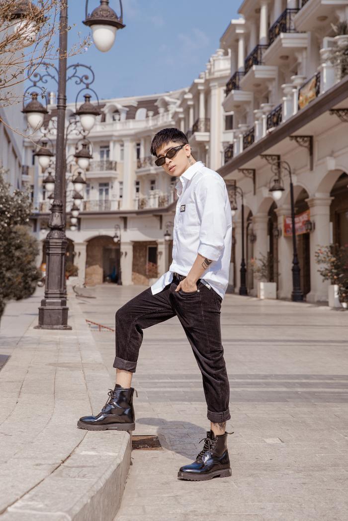"""Diện set đồ giản dị giữa xu hướng thế giới đang ngày một đơn giản hóa mọi thứ và sự tiết chế trong thời trang đang dần trở nên hot trendy trên mọi """"mặt trận"""" phong cách, Chi Dân cuốn hút mọi ánh nhìn bởi sự hấp dẫn khó cưỡng."""
