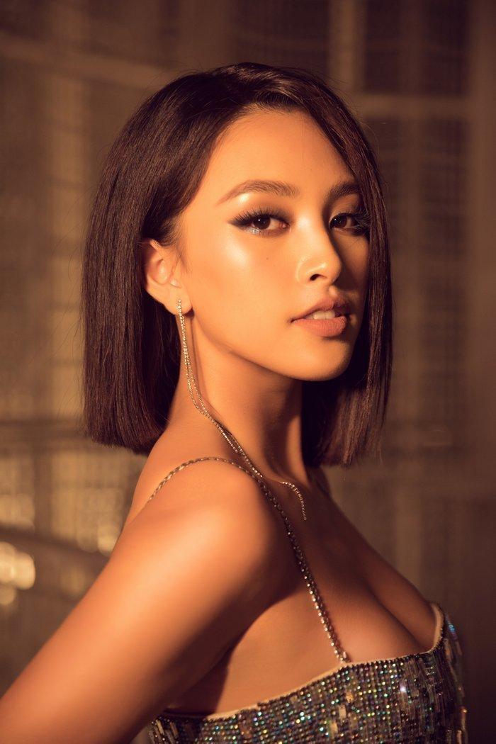 Tiểu Vy cho biết cô cũng muốn cắt tóc ngắn nhưng thời điểm hiện tại vì chưa phù hợp với hình ảnh của bản thân nên đành làm kiểu tóc giả để thoả mãn ý mình