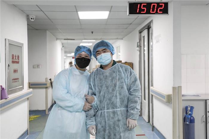 Cảm động tình yêu của những cặp đôi bác sĩ cùng nhau chiến đấu chống virus corona ảnh 8