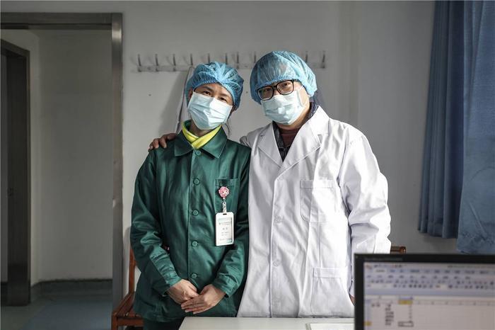 Cảm động tình yêu của những cặp đôi bác sĩ cùng nhau chiến đấu chống virus corona ảnh 9