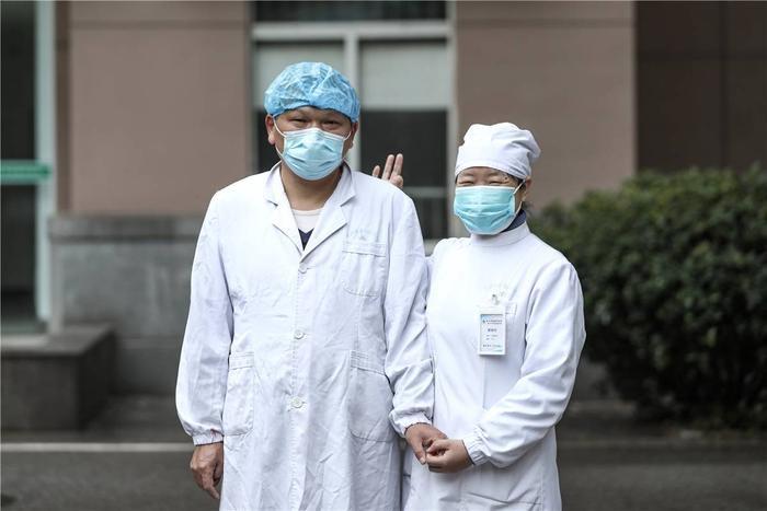 Cảm động tình yêu của những cặp đôi bác sĩ cùng nhau chiến đấu chống virus corona ảnh 11