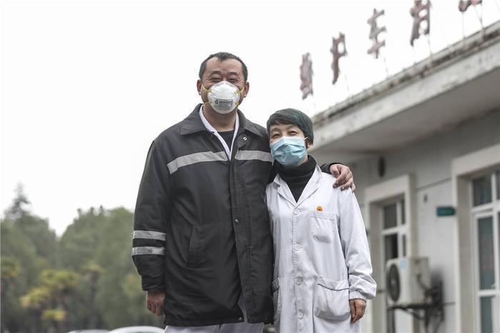 Cảm động tình yêu của những cặp đôi bác sĩ cùng nhau chiến đấu chống virus corona ảnh 12