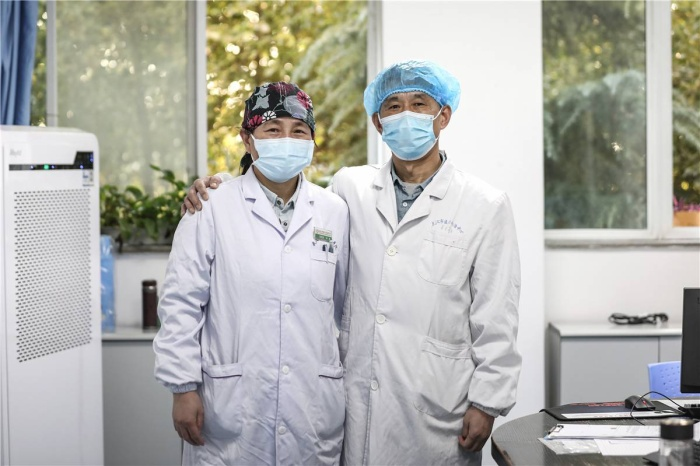 Cảm động tình yêu của những cặp đôi bác sĩ cùng nhau chiến đấu chống virus corona ảnh 0