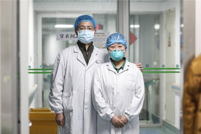 Cảm động tình yêu của những cặp đôi bác sĩ cùng nhau chiến đấu chống virus corona ảnh 1